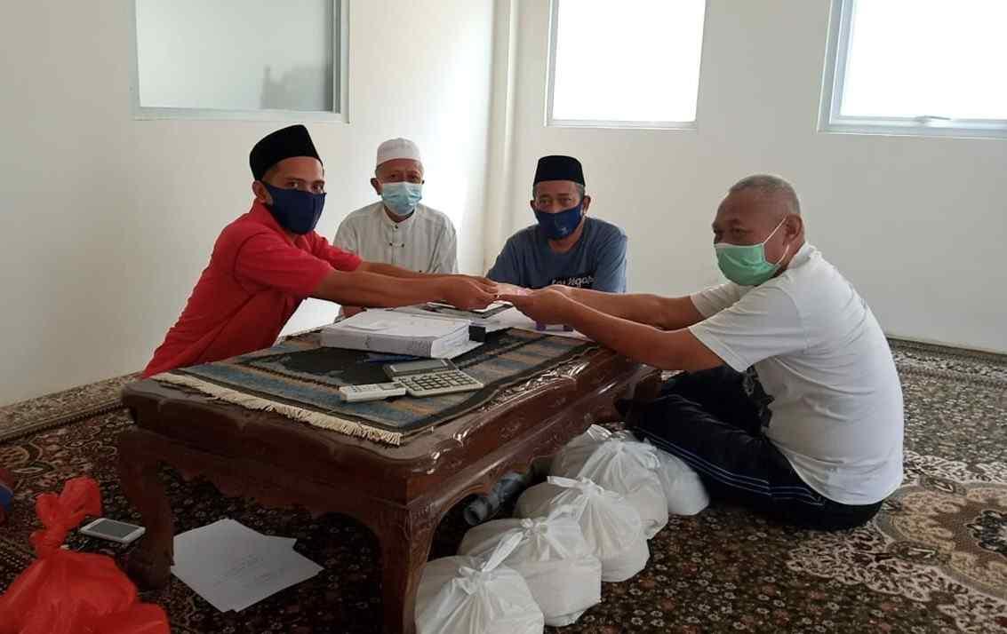 DKM Masjid Agung Karawang menerima dan menyalurkan Zakat Fitrah